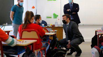 El presidente francés, Emmanuel Macron, habla con los alumnos durante una visita a una escuela en Melun, al sur de París. Las escuelas reabrieron el lunes en Francia después de un cierre de tres semanas en el primer paso para salir del bloqueo parcial del país.
