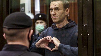 Navalny se despide de su esposa y amigos al ser condenado a prisión en Moscú. Ahora está grave, apenas tres meses más tarde.