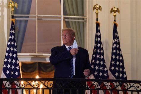 El mandatario se quitó el barbijo al reaparecer en un balcón de la Casa Blanca