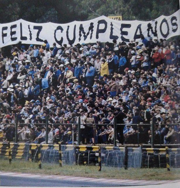 Tribunas repletas como siempre en el hoy Hermanos Gálvez y la bandera de feliz cumpleaños para celebrar el 2º lugar en el GP de 1981.