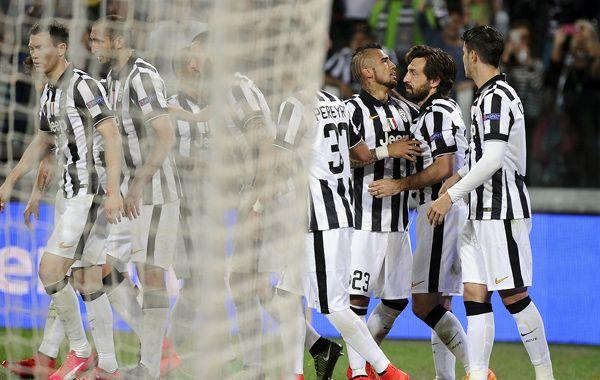 Vidal es felicitado por sus compañeros tras convertir el penal que se convertiría en el triunfo de la Juve.