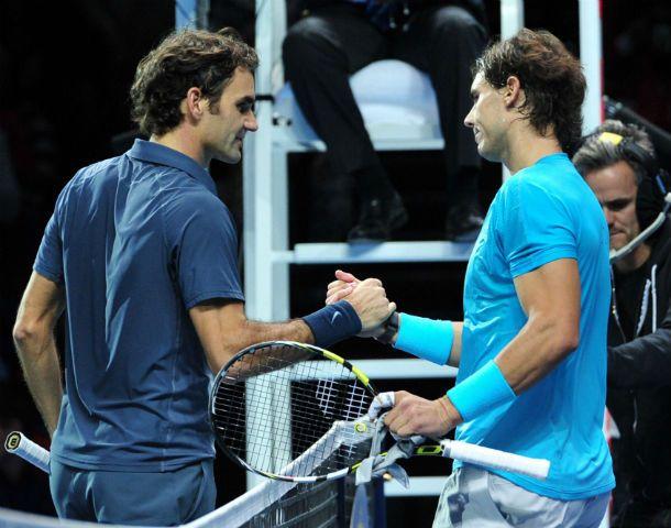 Dos potencias. Federer y Nadal se saludan al final del partido en el que Rafa se impuso con autoridad.