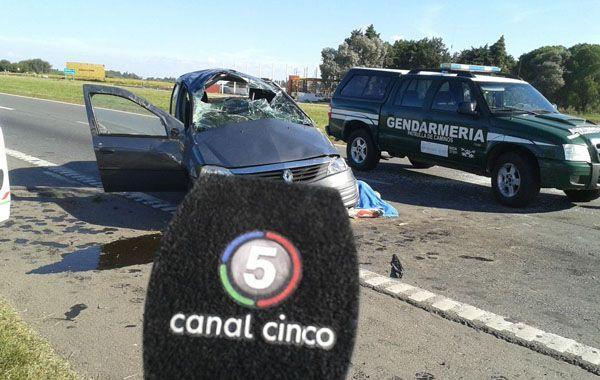 El Renault Logan muestra las huellas del violento impacto. (Foto vía Twitter @martinpigazzi)