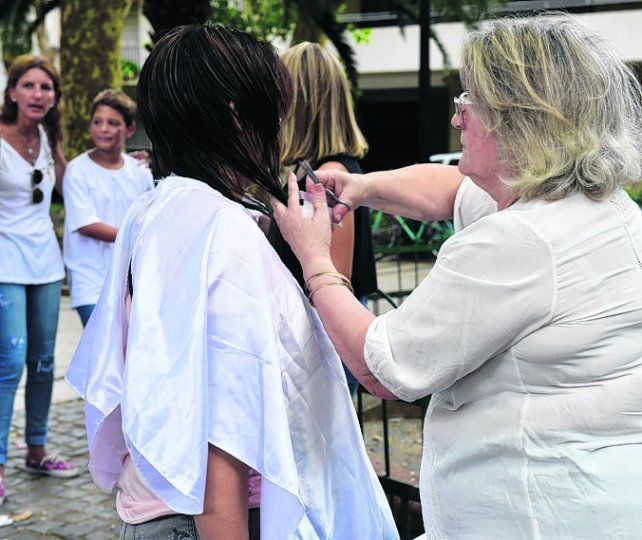 Tijeras solidarias. Entregaron pelo para hacer pelucas para chicos.