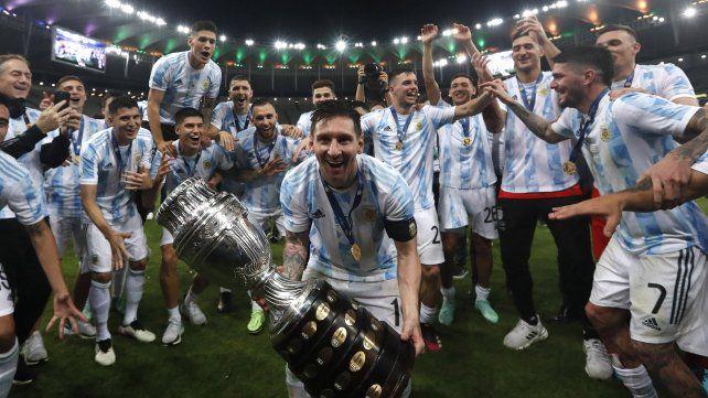 El argentino Lionel Messi celebra con el trofeo tras vencer 1-0 a Brasil en la final de la Copa América en el estadio Maracaná de Río de Janeiro, Brasil, el sábado 10 de julio de 2021. AP Photo / Bruna Prado