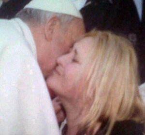 Que dios te bendiga. El Papa besa a Carolina Balbuena en el Vaticano.