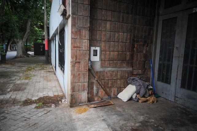 Las mantas entre las que falleció Marcelo Sánchez y el cartón y la comida de su fiel perro Chamuyo quedaron en la puerta del garaje donde el hombre solía pasar las noches.