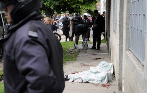 En la vereda. Fredes cayó frente a una casa de Gutiérrez al 1600 tras tirotearse con dos policías de la Motorizada.
