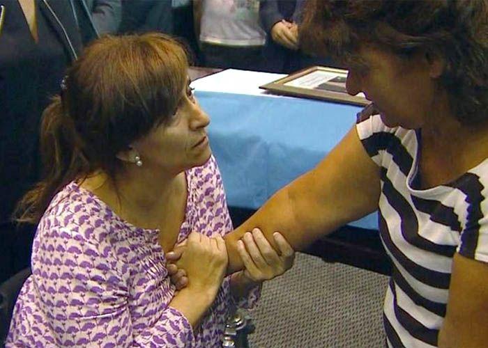 La vicepresidenta Gabriela Michetti saluda a uno de los familiares dela tragedia de Salta.