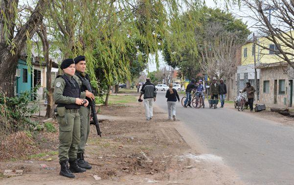 Custodia. Agentes de Gendarmería vigilando un barrio de Rosario. Ahora habrá más coordinación logística.