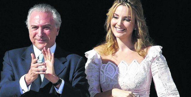 En boca cerrada...Las palabras de Temer fueron calificadas de sexistas. En la foto junto a su joven y bella esposa.
