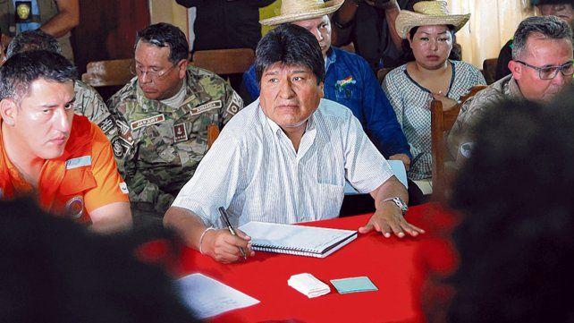 Morales y su ministro de Defensa en una reunión para coordinar los esfuerzos de extinción en Robore.