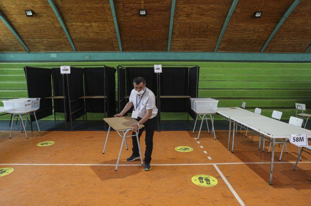 Preparativos en una mesa electoral en Santiago de Chile.