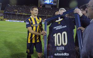 Las autoridades de Central hacen entrega a Marco Ruben de una camiseta por sus 100 partidos. (Foto: L. Vincenti)