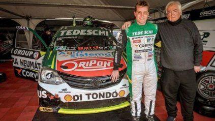 El piloto de Las Rosas Lucas Tedeschi junto a su papá, en el box del Giacone Competicion en Concepción del Uruguay. Es escolta en la C2 del Turismo Nacional.