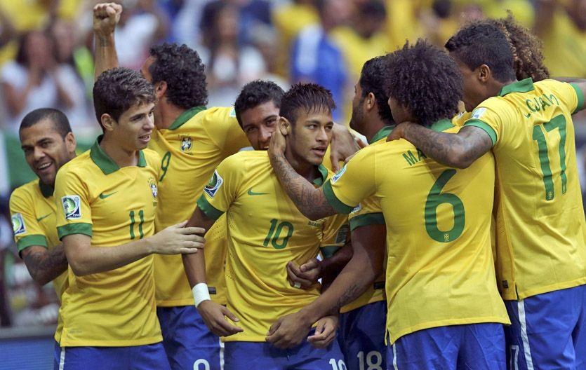 Todos con Neymar. Los brasileños festejan la apertura del marcador.