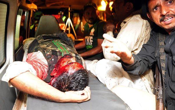 Bajas. Soldados heridos son retirados en las ambulancias.