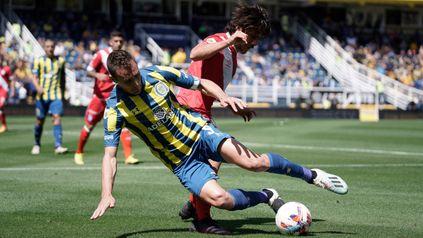 Marco Ruben sufre la marca en el partido ante Argentinos.