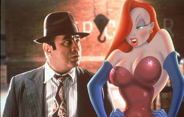 """Su rol más recordado en Hollywood es el del detective que investiga un crimen de caricaturas en el éxito de 1988 """"¿Quién engañó a Roger Rabbit?""""."""