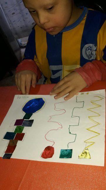 Los alumnos y alumnas de la escuela se expresan con dibujos y relatos.
