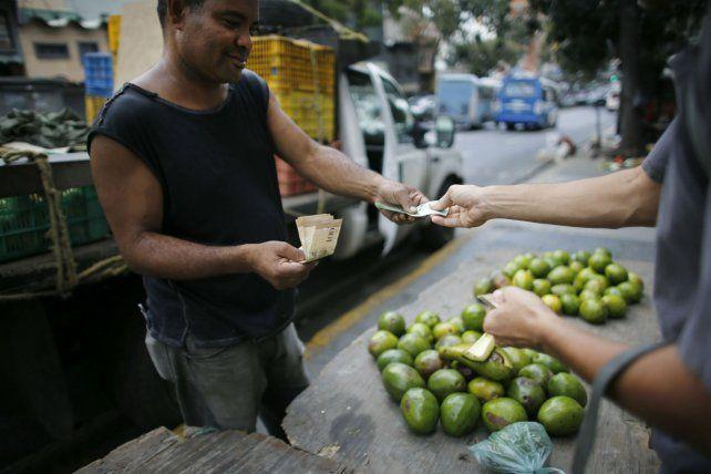 Inflación y desabastecimiento. Se necesitan cada vez más billetes para comprar productos básicos.