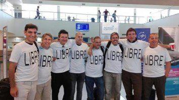 Los rosarinos al salir del aeropuerto de Rosario rumbo a Estados Unidos. Viajaron para festejar los 30 años de promoción del Politécnico.