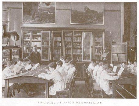 Una imagen de 1925 muestra a la biblioteca de la escuela