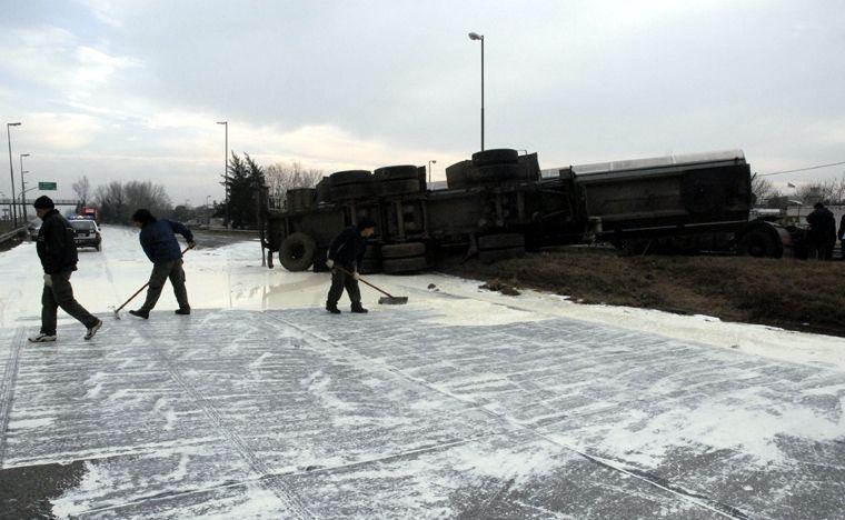Circunvalación cortada: volcó un camión cargado con leche