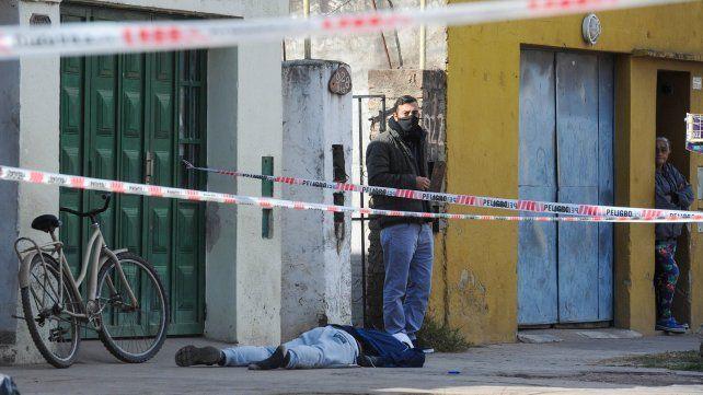 El cuerpo de Cristian Zapata quedó tenido en el piso con al menos cuatro disparos.