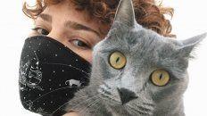 Orly Simbler es la creadora de la empresa que cuida gatos y gatas a domicilio Kittysitter, acá junto a su gata Panamá.