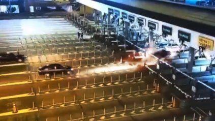 Video: el tremendo choque de un vehículo contra una cabina de peaje en la autopista Illia