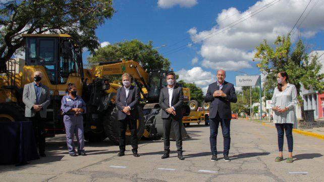 Las maquinarias y elementos de seguridad que entregaron los funcionarios servirán para optimizar el tratamiento de residuos sólidos urbanos de doce poblaciones del centro-oeste provincial.
