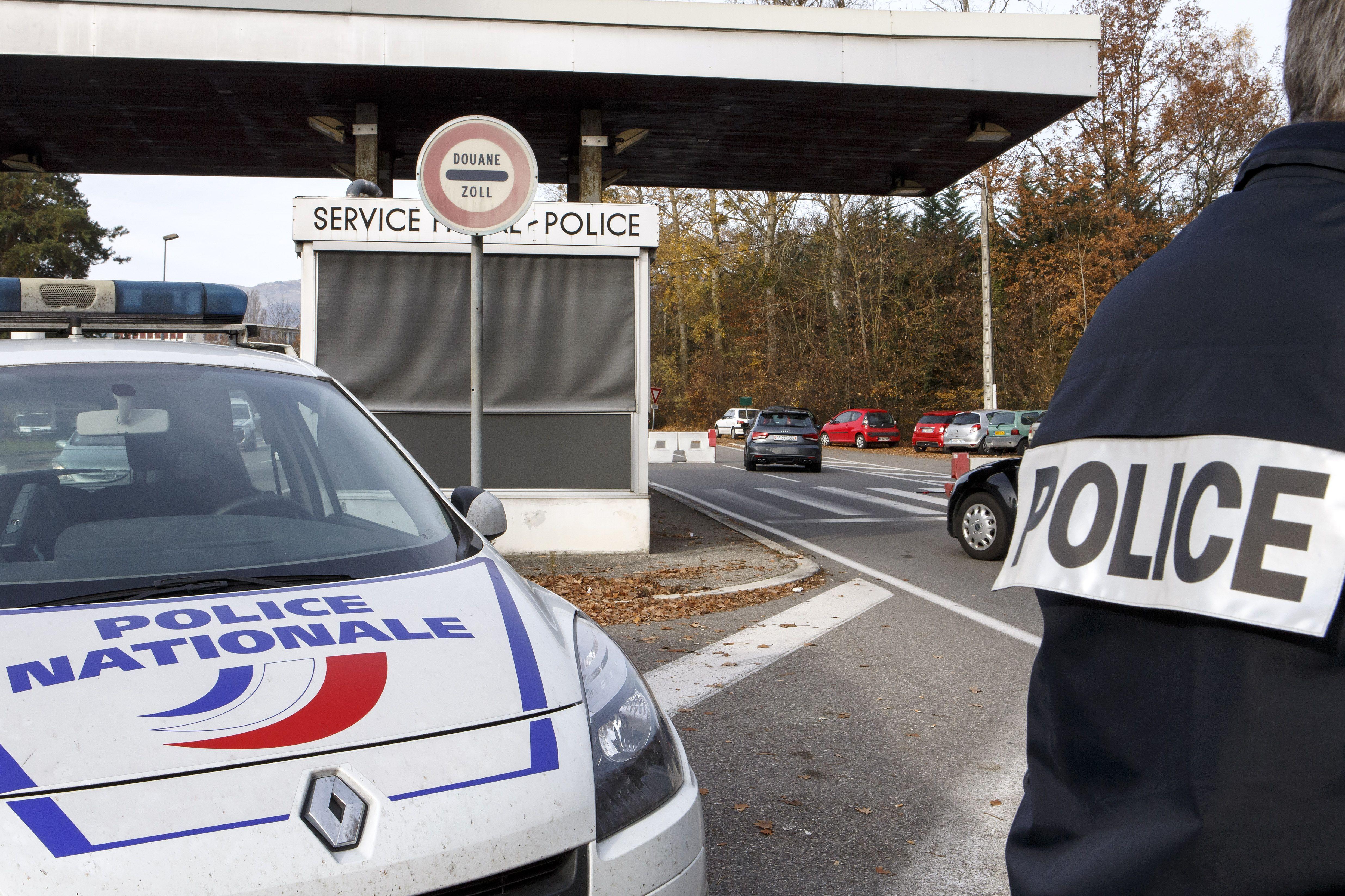 Control policial y militar en el límite entre Francia y Suiza. Las fronteras están cerradas. (Foto Reuters)