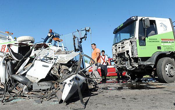 Dantesco. Los rescatistas trabajaron durante tres horas para retirar los cuerpos de las víctimas y despejar la ruta.