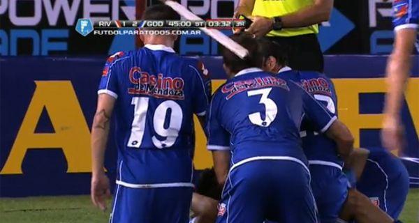 El momento en que el jugador recibe el golpe de la madera en la espalda.