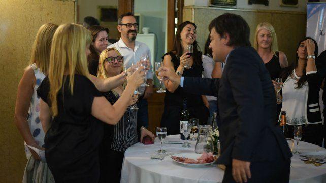 Gustavo Scaglione brinda con trabajadores de La Capital Multimedios.