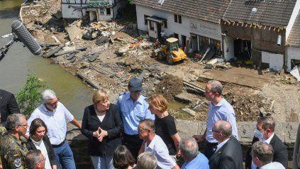 Merkel recorrió las áreas afectadas por las inundaciones que dejaron al menos 191 muertos en Europa