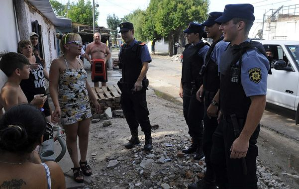 Una decena de flamantes agentes recorrió ayer barrio Las Flores e interactuó con los vecinos.