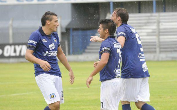 De festejo. Milton Zárate anotó el tanto de la clasificación en Puerto Madryn.