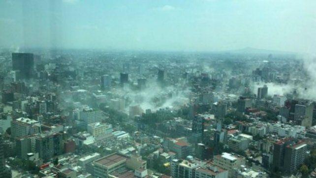 La foto tomada desde la Torre Latinoamericana muestra el polvo levantado por edificios que colapsaban.