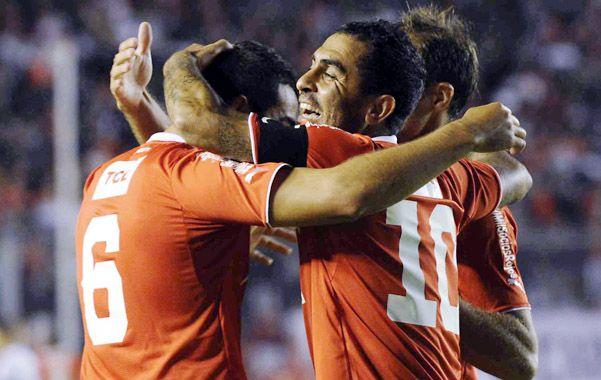 Juntitos. Ojeda anotó el primero del Rojo y lo abraza el Rolfi Montenegro.