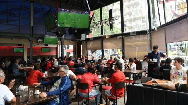 Hinchas de Newells coparon los bares para el ver el partido de la Lepra