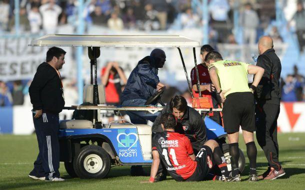 El goleador leproso es asistido por el médico Juan Ignacio Bóttoli. El delantero se fue con una sobrecarga en el posterior izquierdo.
