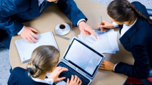 En la oficina. Pocos adolescentes tienen la posibilidad de ingresar rápido al mundo laboral.