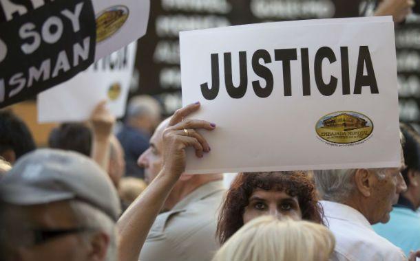 Familiares de víctimas y autoridades de la Amia y Daia encabezaron un acto para que la causa del atentado siga en pie pese a la muerte del fiscal.