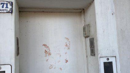 En la puerta de la casa de Pérez quedaron marcadas las manos ensangrentadas de la víctima.