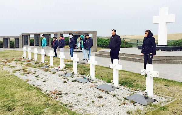 Cementerio argentino. Fue el momento más emotivo para los estudiantes en las islas Malvinas.