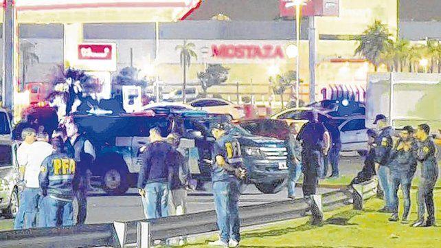 de película. Policías bonaerenses y federales se tirotearon en una estación de servicio de Avellaneda.