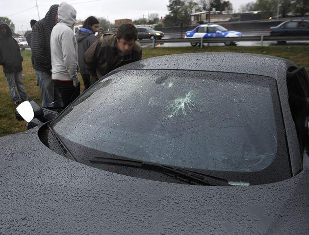 El informe de Gendarmería difiere del de la policía y afirma que el parabrisas recibió dos golpes antes del accidente.