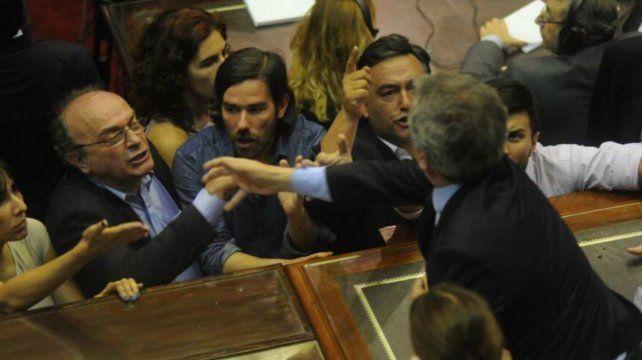 Bochorno. El momento más tenso fue cuando Emilio Monzó le tiró un manotazo a Leopoldo Moreau.